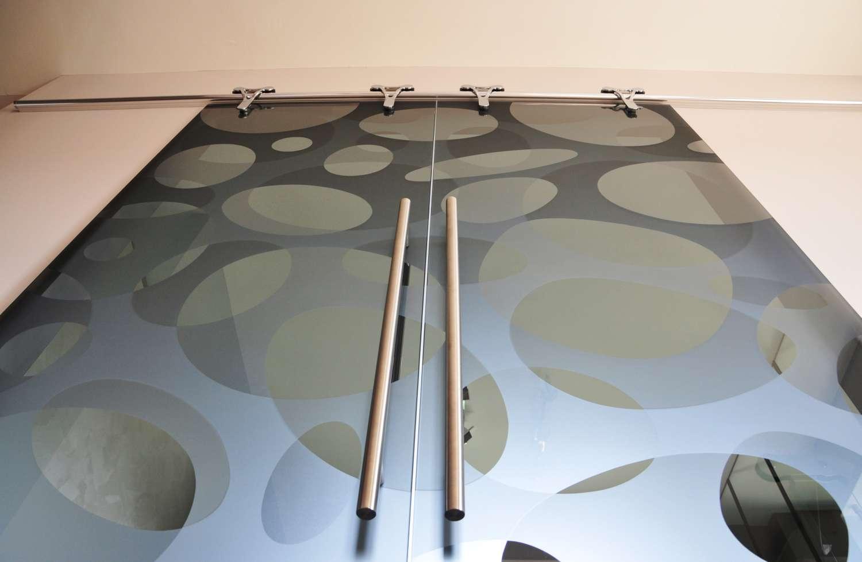 doppia-porta-cristallo-scorrevole-esterno-muro-logika-in-vetro-fume-trasparente-decoro-elastic-double-maniglie-round-02-cm-85-6-1500
