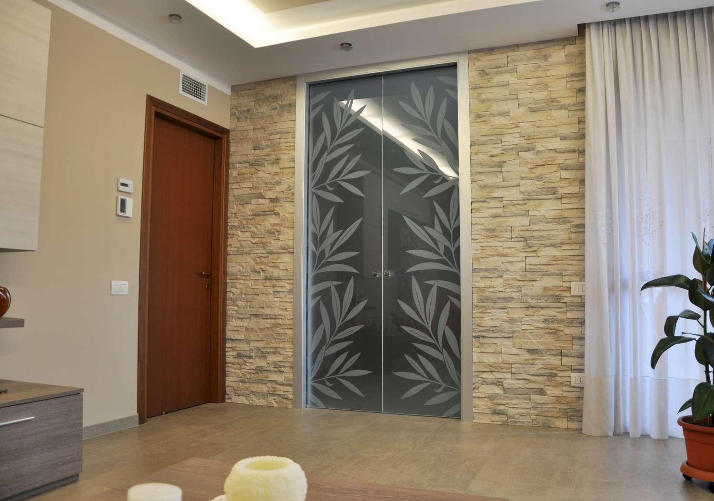 Doppia porta vetro acidato decoro Kenzia laterale effetto traslucido scorrevole a scomparsa stipite fly alluminio (10)-1500