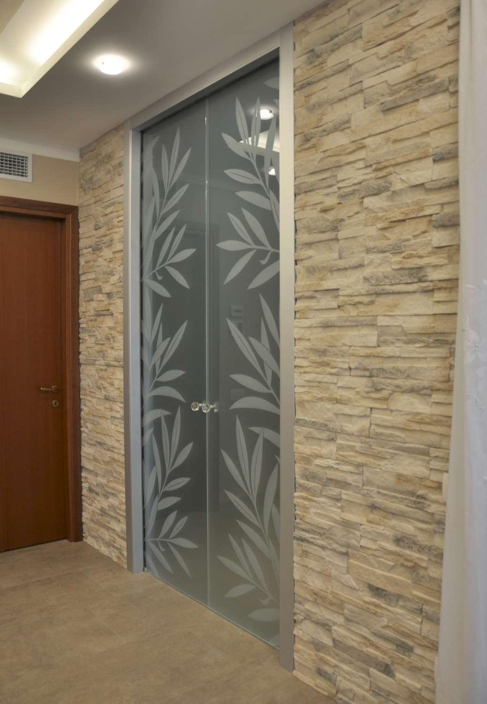 Doppia porta vetro acidato decoro Kenzia laterale effetto traslucido scorrevole a scomparsa stipite fly alluminio (15)-1500
