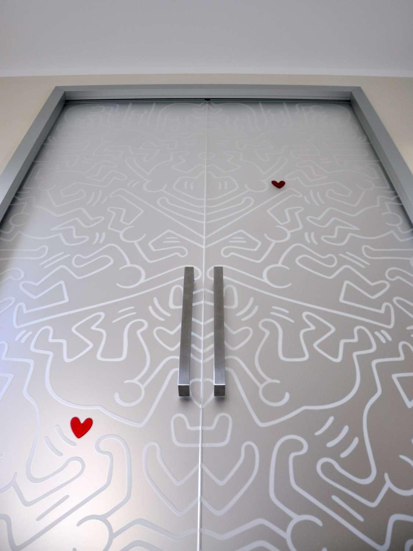 Doppia porta vetro acidato extrachiaro scorrevole a scomparsa modello Light alluminio con decoro del cliente con effetto trasopaco