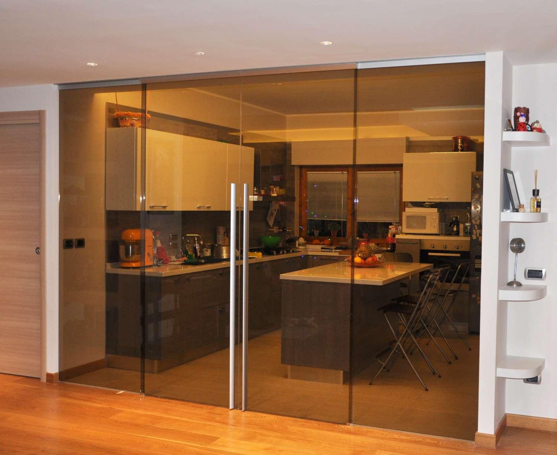 Parete a porte vetro bronzo trasparenti scorrevoli a due vie sovrapposte con binario incassato a soffitto maniglie X61 (2)-1500