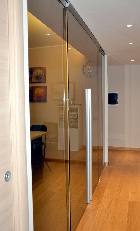 Parete a porte vetro bronzo trasparenti scorrevoli a due vie sovrapposte con binario incassato a soffitto maniglie X61 (7)-1500