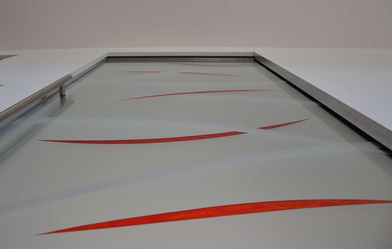porta-a-scomparsa-su-scrigno-essential-cristallo-satinato-decoro-lingue-esteso-inciso-e-colorato-4-1500