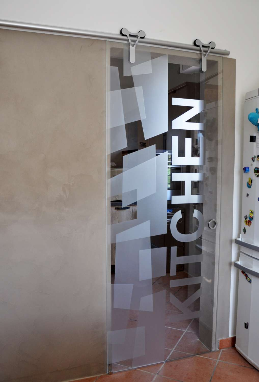 porta-cristallo-trasparente-extrachiaro-modello-logika-alluminio-scorrevole-con-decoro-angular-double-e-kitchen-3-1500