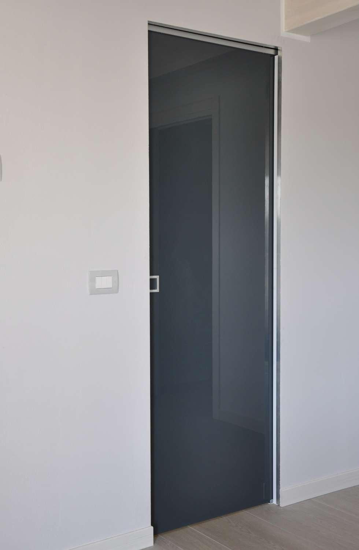 porta-vetro-laccata-color-ardesia-stratificata-scorrevole-a-scomparsa-su-scrigno-essential-maniglia-mix-quadra-1500