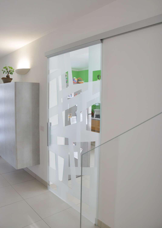 Porta vetro scorrevole esterno muro modello Light alluminio vetro trasparente extrachiaro decoro Angular double versione aperta (5)-1500
