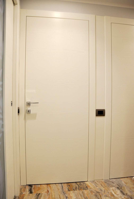 Porte legno frassino spazzolato laccato battenti complanari a spingere-1500