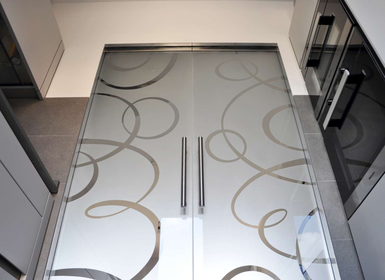 porte-vetro-trasparenti-extrachiaro-decoro-intrecci-scorrevoli-su-scrigno-essential-13-1500