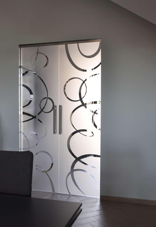porte-vetro-trasparenti-extrachiaro-decoro-intrecci-scorrevoli-su-scrigno-essential-1500