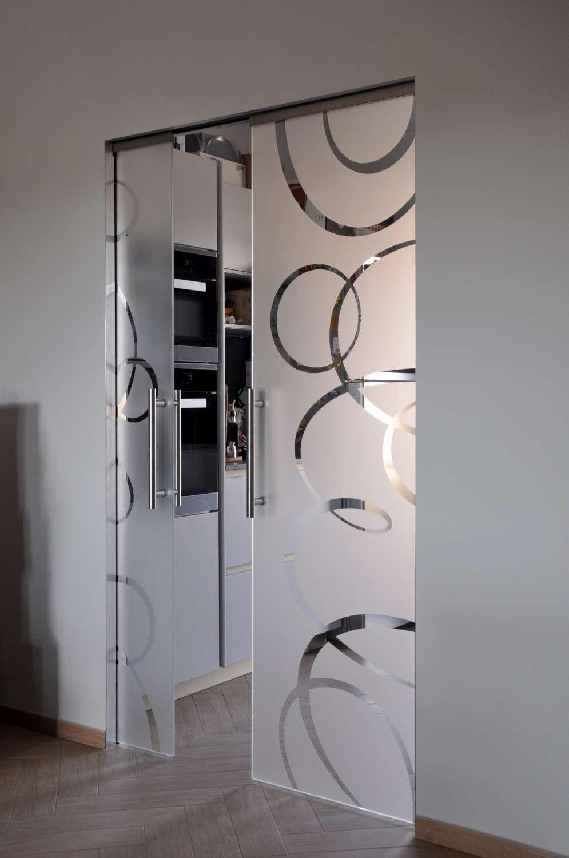 porte-vetro-trasparenti-extrachiaro-decoro-intrecci-scorrevoli-su-scrigno-essential-20-1500