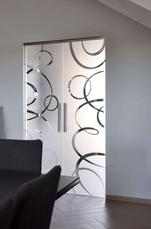 porte-vetro-trasparenti-extrachiaro-decoro-intrecci-scorrevoli-su-scrigno-essential-8-1500