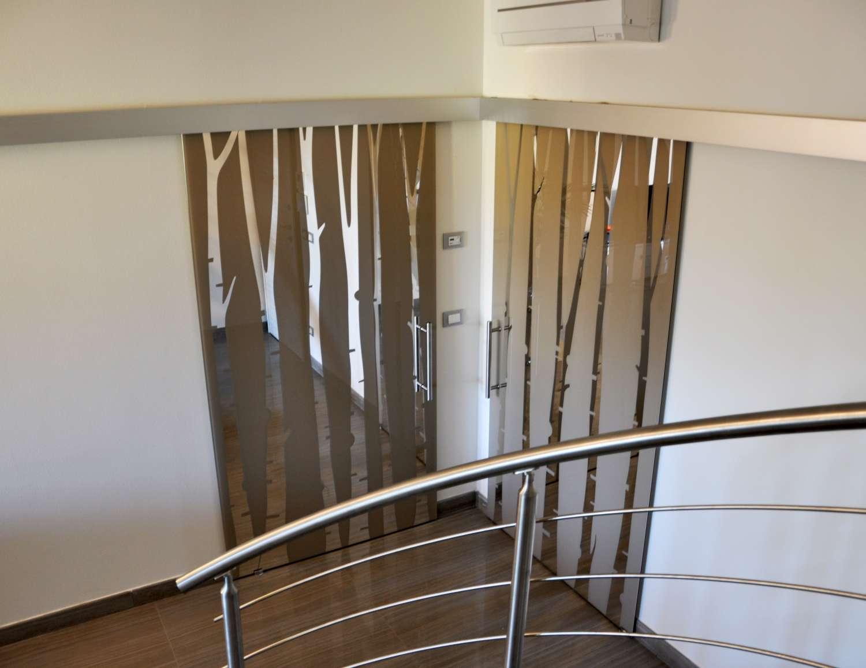 Verschiedene Lösungen für Glastüren und Schrankelemente